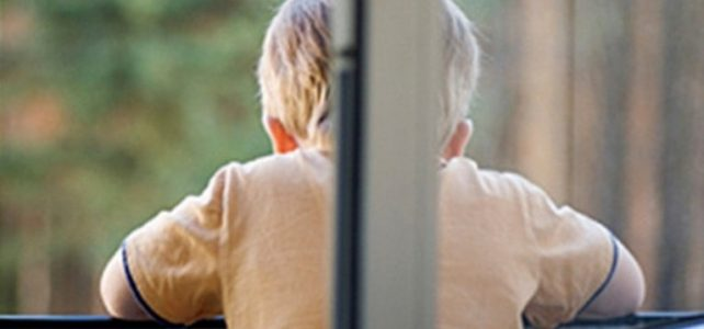 Небезпека відкритих вікон: як убезпечити дитину від падіння з вікна